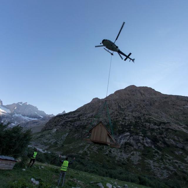 Héliportage cabane d'appui en alpage - photo P.Saulay - Parc national des Ecrins