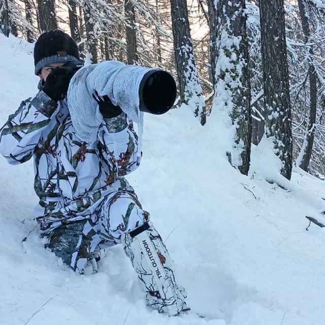 Corentin Esmieu, en tenue de camouflage pour les prises de vue hivernales