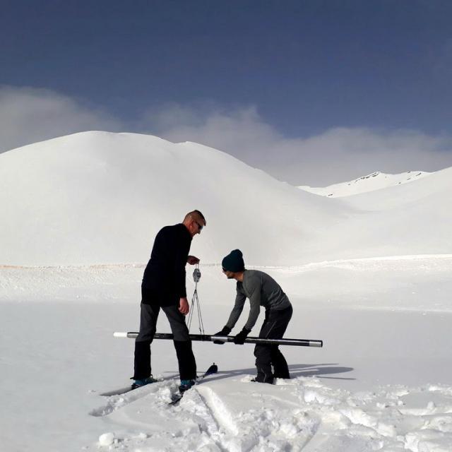 Sondage et pesée de la neige pour EDF à Orcières - © C. Croce-Evin - PNE