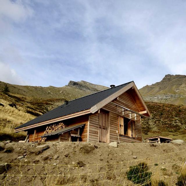 Cabane pastorale du col de la Pisse - © R. Papet - PNE