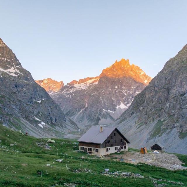 Le refuge de l'Alpe de Villard d'Arêne - © T. Blais - PNE