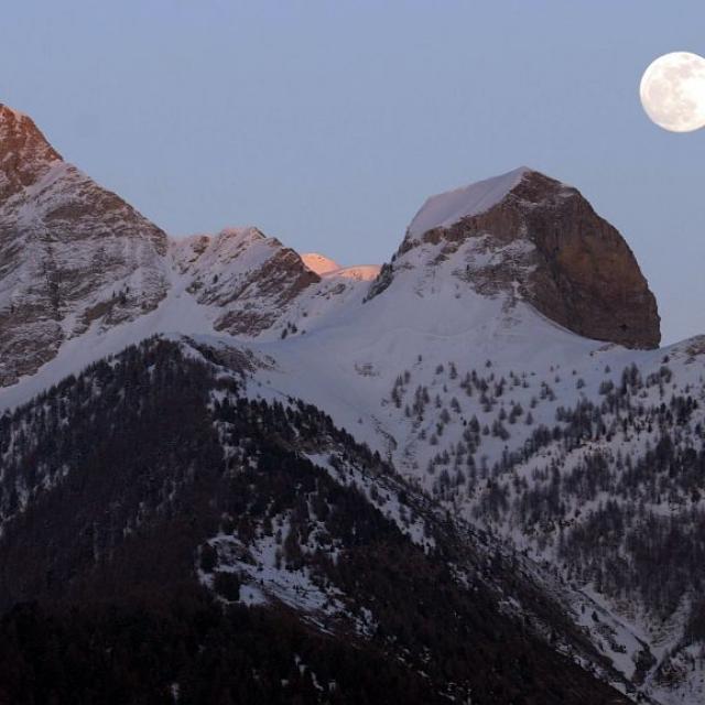 Pleine lune sur l'Aiglière, l'Arche et l'Aiguille - © Marc Corail -Parc national des Ecrins