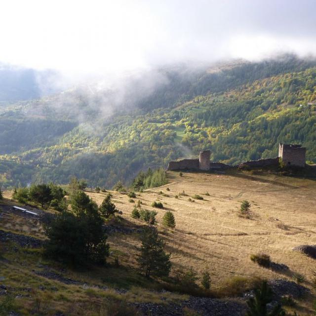 Le fort médiéval et Le Clot à l'automne - Réallon ©Coulon Mireille - Parc national des Ecrins