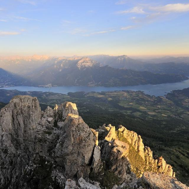 Sommet des Aiguilles de Chabrières - Vue sur le lac de Serre-Ponçon et l'Embrunais - Réallon ©Parc national des Ecrins