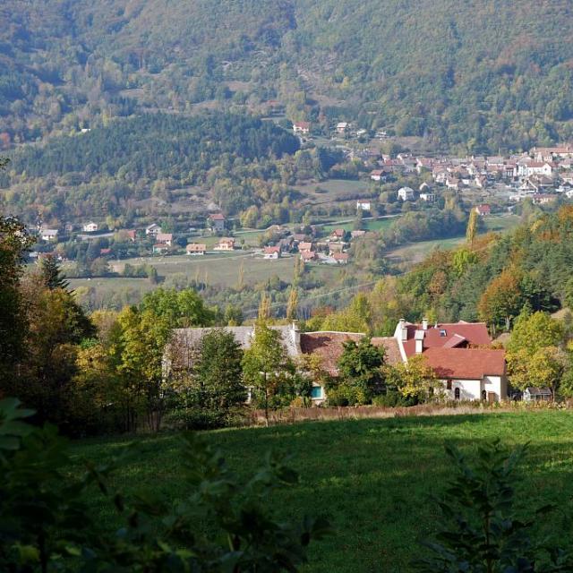 Le hameau des Paris domine le village de Saint-Firmin ©Dominique Vincent - Parc national des Ecrins