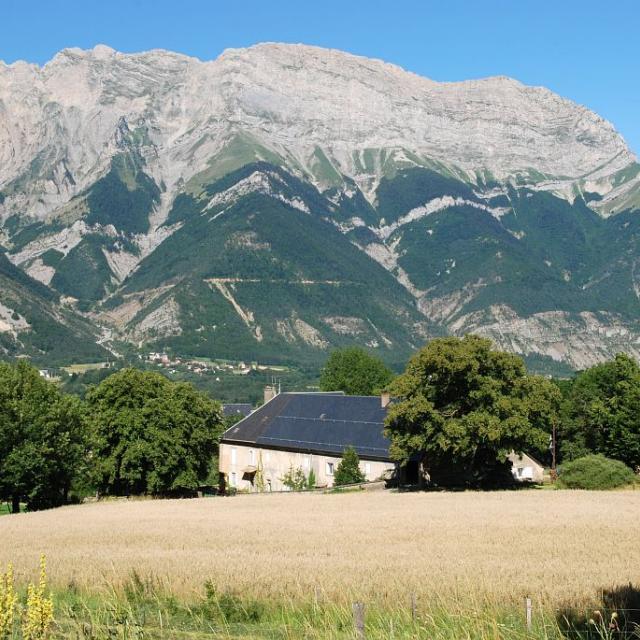 Ferme à Chauffayer et la montagne de Féraud en arrière plan © Jean-Pierre Nicollet - Parc national des Ecrins