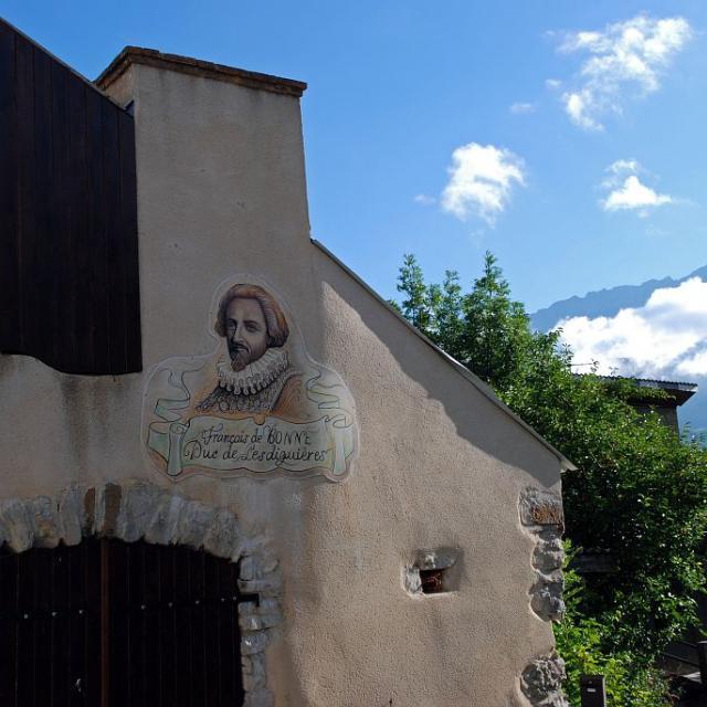 Place du hameau de Lesdiguières et fresque murale à la mémoire du Duc © Jean-Pierre Nicollet - Parc national des Ecrins
