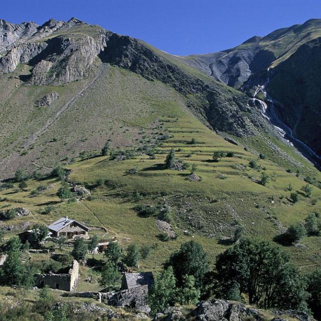 Refuge des Clots et l'ancien hameau © Cyril Coursier - Parc national des Ecrins
