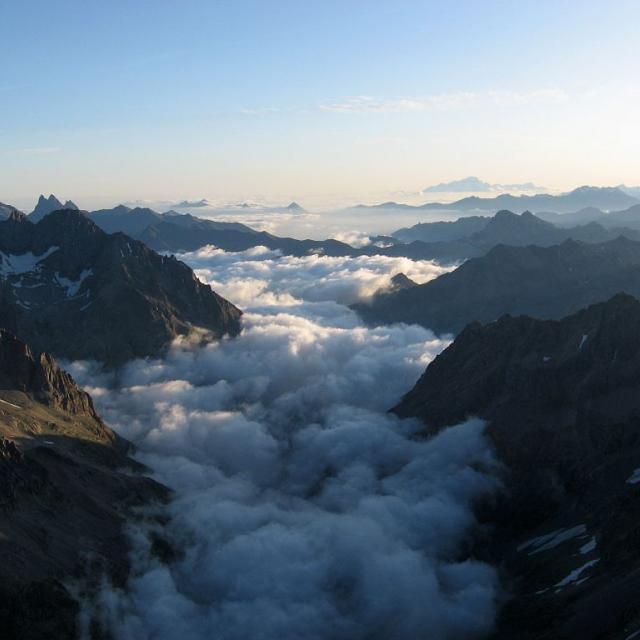 Mer de nuages depuis le sommet de Roche Faurio ©Thierry Maillet - Parc national des Ecrins