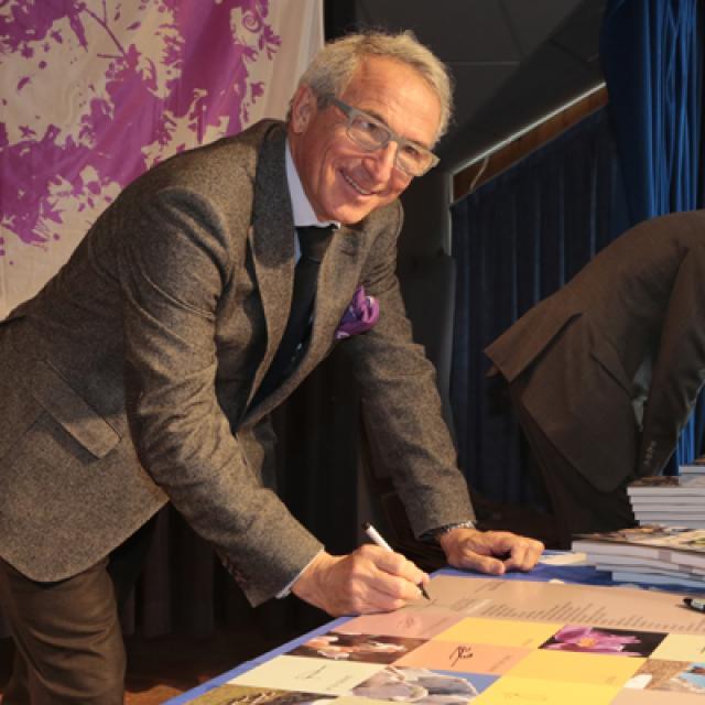 Christian Pichoud signe symboliquement la charte - © Pascal Saulay - Parc national des Ecrins