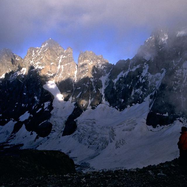 Vue sur les grandes faces Nord du glacier Noir depuis le col de la Temple © Cyril Coursier - Parc national des Ecrins
