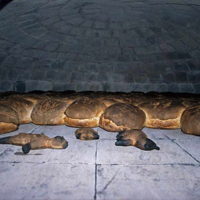 Le pain de Villar d'Arène après une heure de cuisson - les pains des enfants devant © Cyril Coursier - Parc national des Ecrins