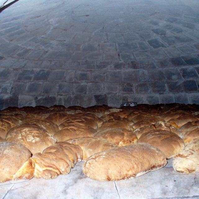 La cuisson du pain bouilli de Villar d'Arène © Eric Vannard - Parc national des Ecrins