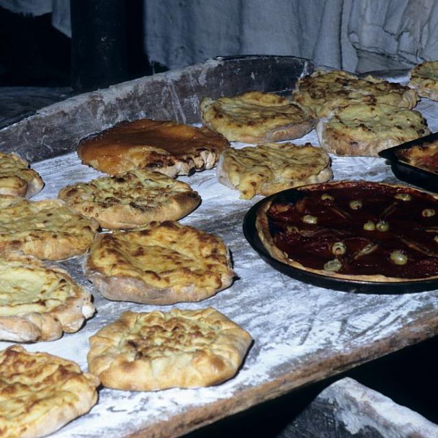 """Novembre 1998, autres plats : les """"girades"""", couronnes de pain blanc, enfournées et défournées rapidement avant le pain bouilli © Robert Keck - Parc national des Ecrins"""