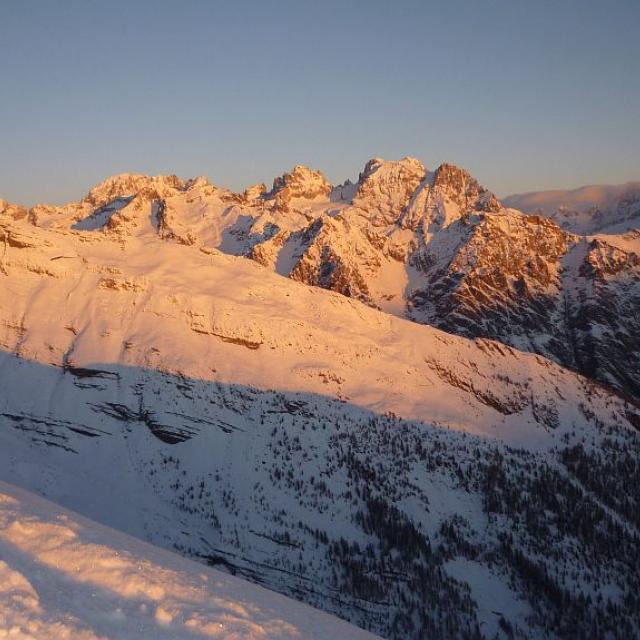 Lever de soleil depuis la Pendine - Vue sur l'Aiglière et le massif du Pelvoux sur la commune de Puy Saint Vincent © Thierry maillet - Parc national des Ecrins