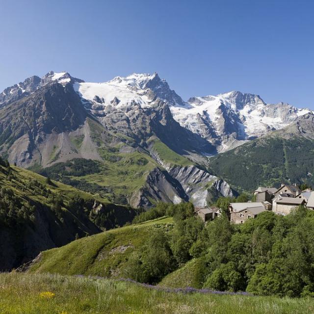 Le massif de la Meije du vallon de Valfroide avec le hameau des Hyères © Pascal Saulay - Parc national des Ecrins