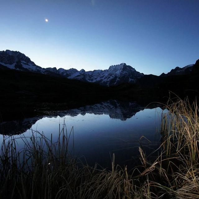 Lune se refletant sur le lac du Lauzon © Ludovic Imberdis - Parc national des Ecrins