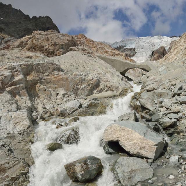 """Front du glacier Blanc - Arche de glace """"morte"""" sur le torrent émissaire du glacier - Pelvoux © Mireille Coulon - Parc national des Ecrins"""