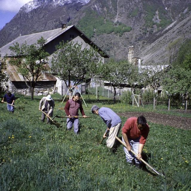 Entretien des canaux à la Chapelle en Valgaudemar © Gilbert Durand - Parc national des Ecrins