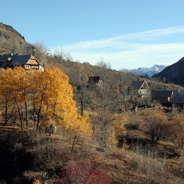 Le village de Dormillouse en automne © Robert Chevalier, Parc national des Ecrins