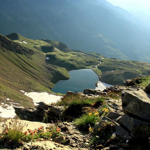 Vue sur un lac de montagne