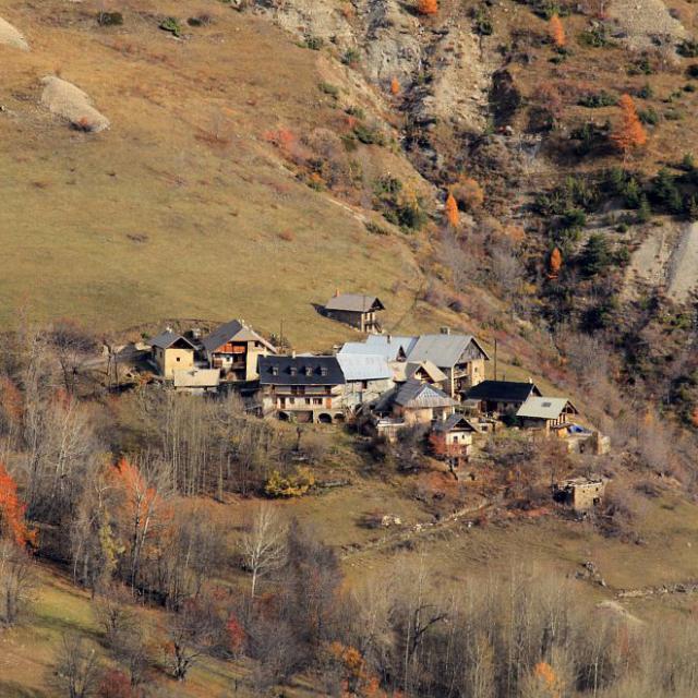 Vue aérienne d'un village de montagne