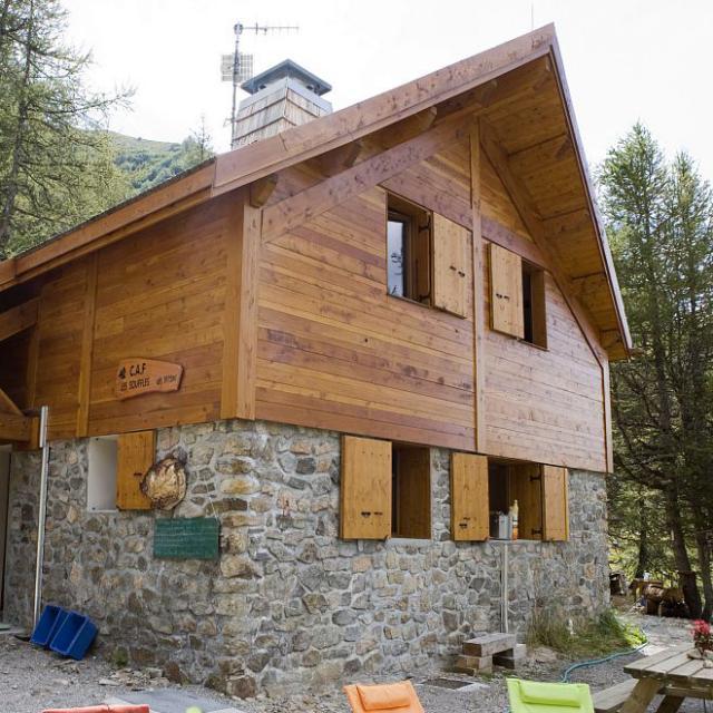 Un refuge en bois et pierre