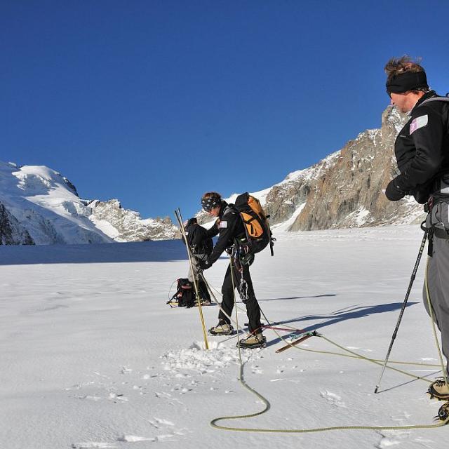 Gardes-moniteurs effectuant les relevés de balises sur le Glacier Blanc ©Mireille Coulon - Parc national des Ecrins