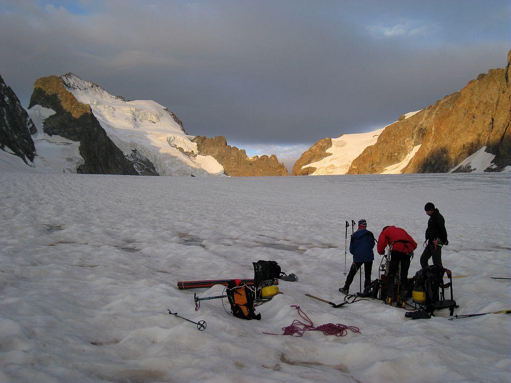 Installation de perches dans la glace au glacier Blanc - sonde thermique ©Bouvier Martial - Parc national des Ecrins