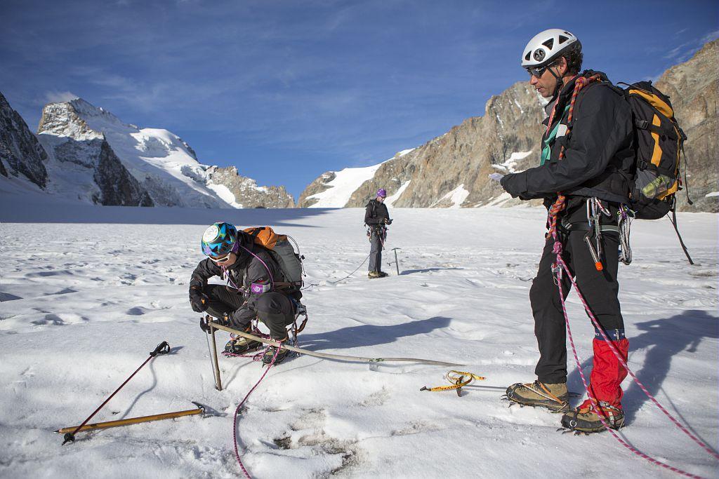 Relevé des balises du glacier Blanc ©Saulay Pascal - Parc national des Ecrins