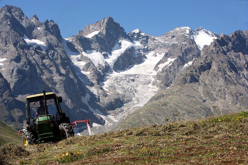 Fauche sur le plateau d'Emparis ©Vannard Eric - Parc national des Ecrins